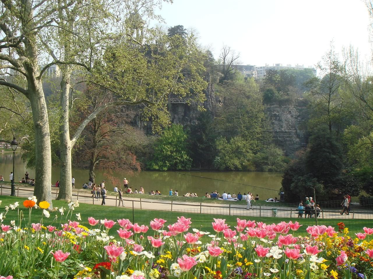 1280px-parc_buttes_chaumont_paris_france_spring_2007